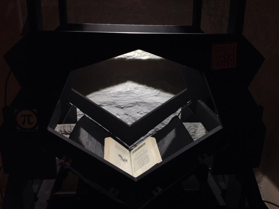 La numérisation de Rouen bizarre à l'aide du bookscanner de la quadrature du net